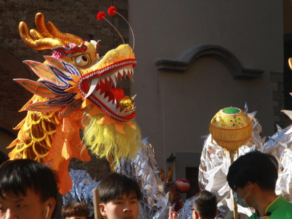 La bocca del dragone giallo in piazza del Comune