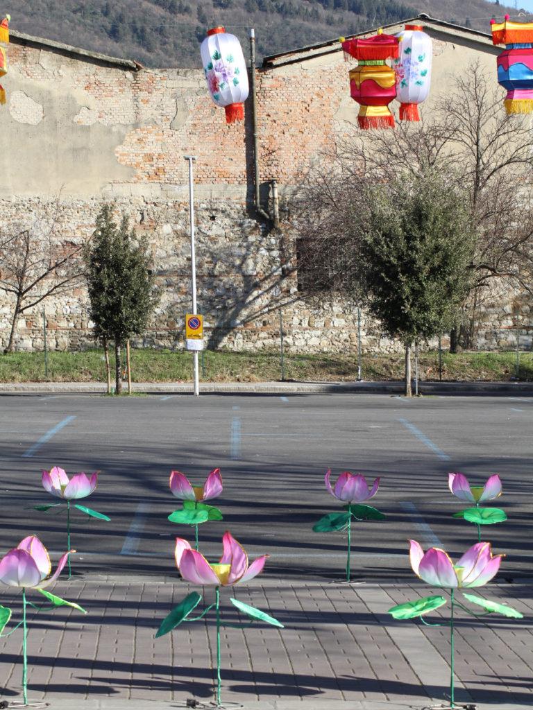 Le lanterne e i fiori con lo sfondo della vecchia Prato industriale