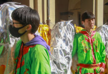 Giovani figuranti con un dragone in piazza del Comune