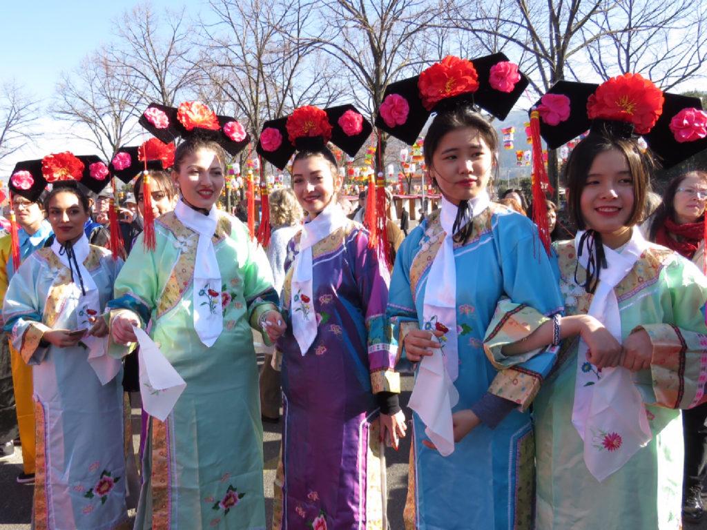 Giovani in posa in colorati costumi floreali