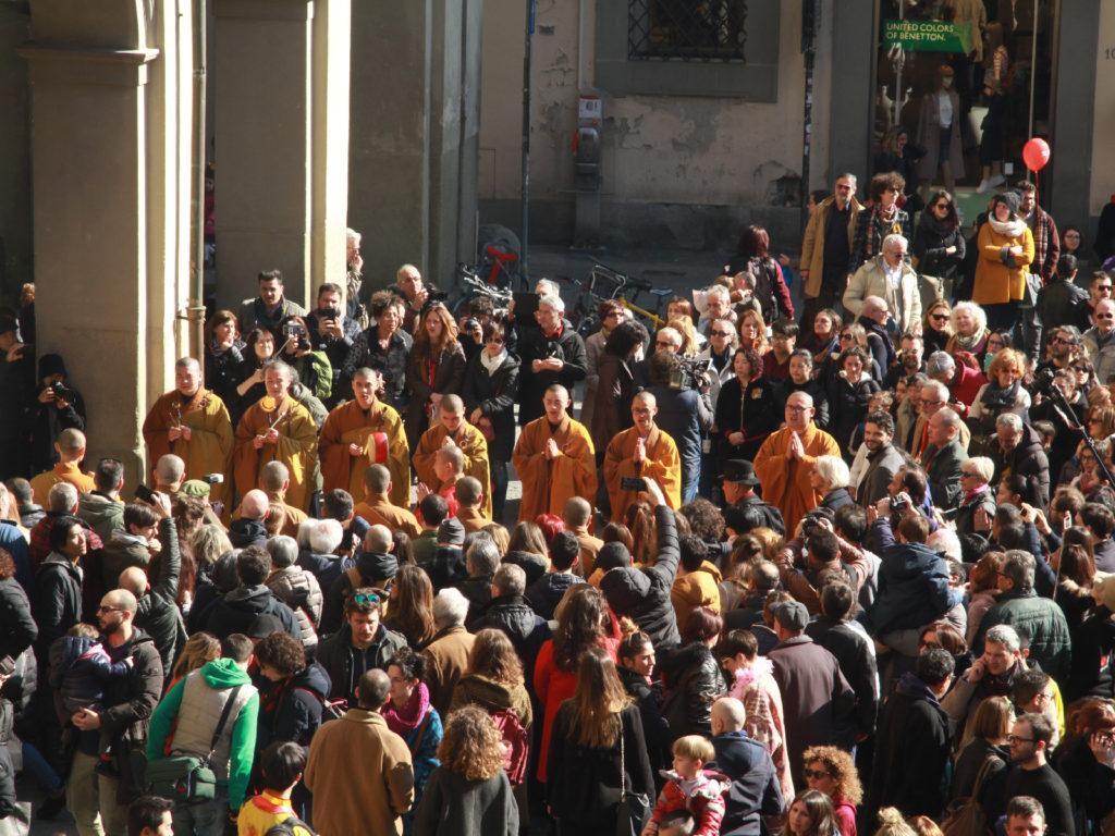 In preghiera in piazza del Comune