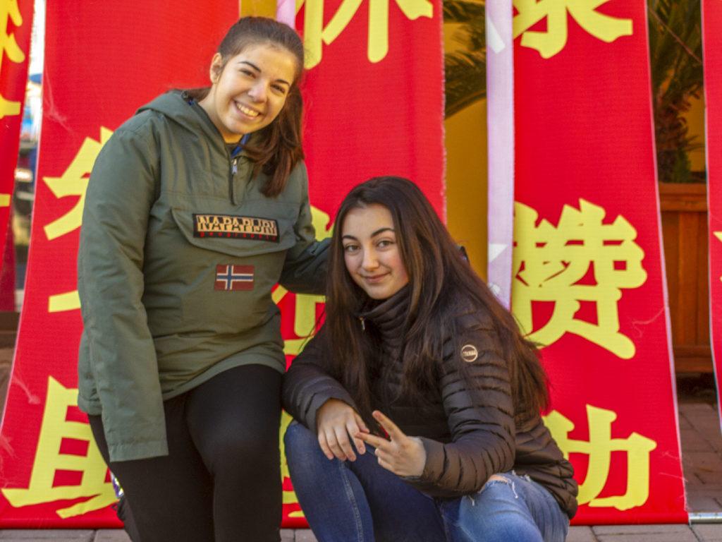 Due giovani ragazze in posa