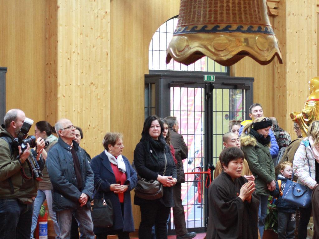 Pubblico e macchine fotografiche nel tempio buddista