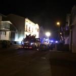 Incendio nella notte, intossicati trovano scampo sui tetti (aggiornato)