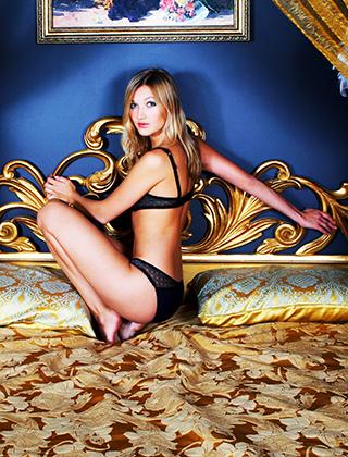 Ragazza sul letto in lingerie
