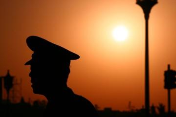 Poliziotto cinese al tramonto