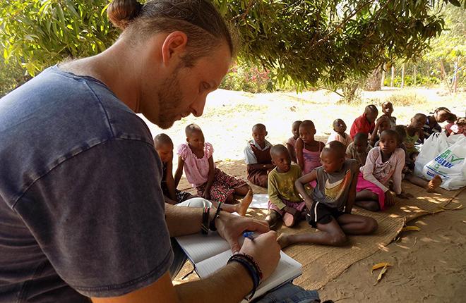 un volontario al lavoro con i bambini