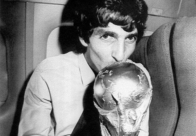 Paolo Rossi con la Coppa del Mondo