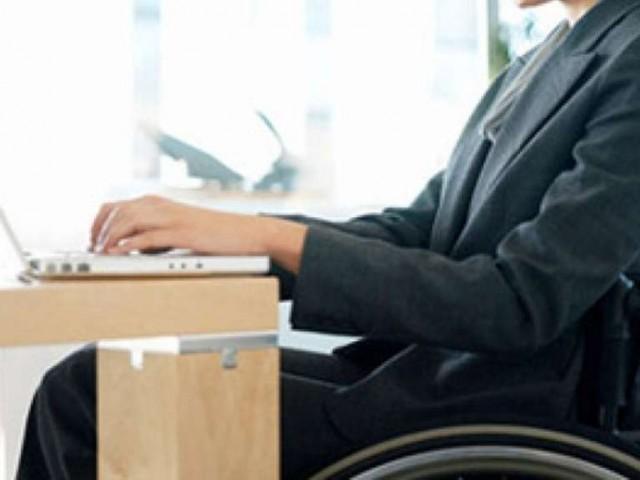 Donna disabile al lavoro