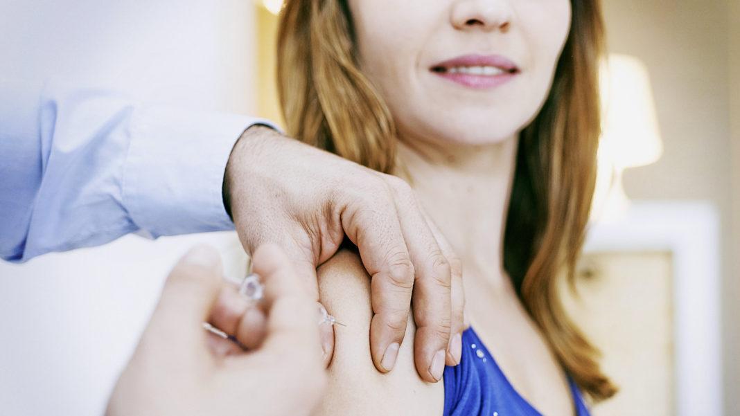 Donna che si vaccina
