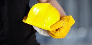 Lavoratore tiene un casco