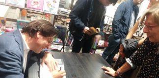 Luca Martinelli firma una copia del libro