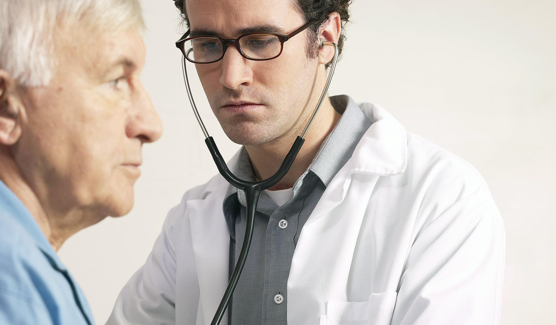 Un medico ascolta il cuore di un paziente