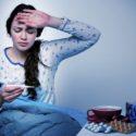 Una ragazza si misura la febbre