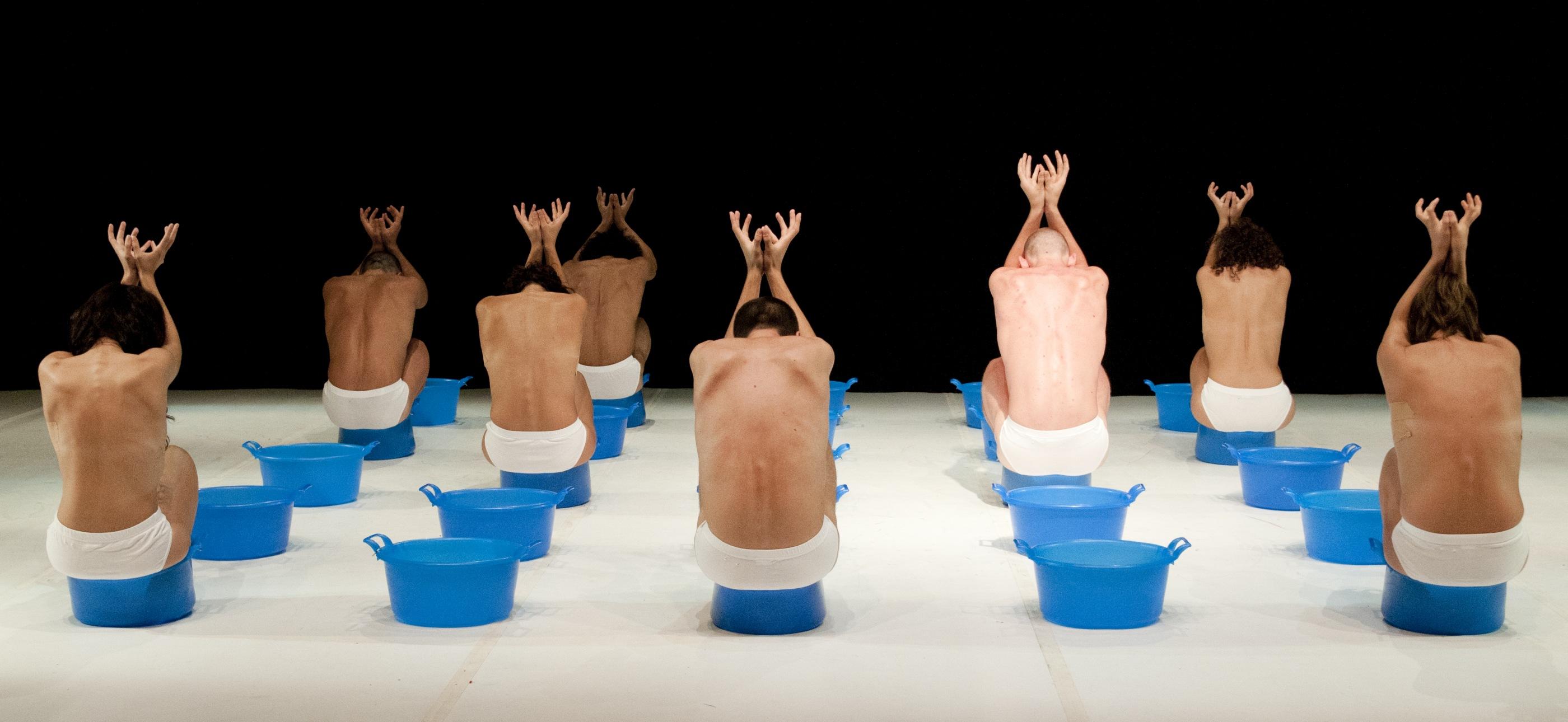 Una scena da Il Lago dei Cigni portato in tour da Loris Petrillo