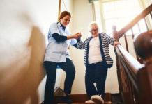 Un'infermiera aiuta un'anziana signora colpita da ictus