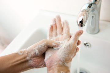 Mani sotto il rubinetto