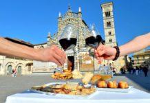 Brindisi in piazza del Duomo a Prato