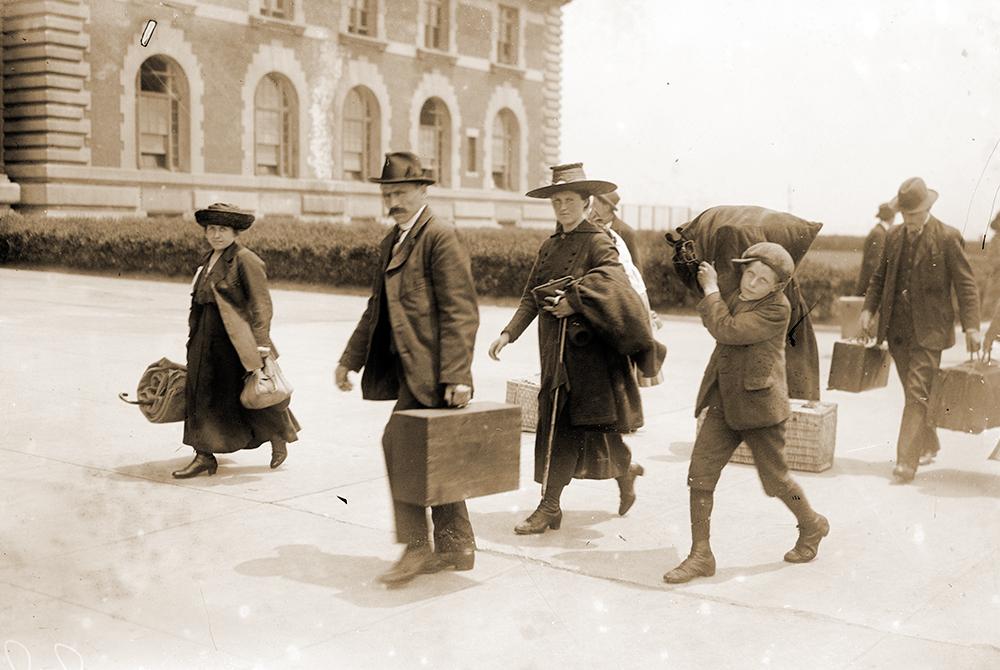 Italiani sbarcano a Ellis Island - emigrazione italiana inizio del Novecento