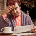 Con meno di 1000 euro al mese un'nziana pensionata guarda i conti