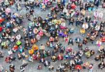 Persone in una piazza