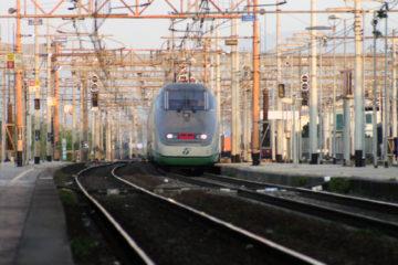 Treno entra in stazione