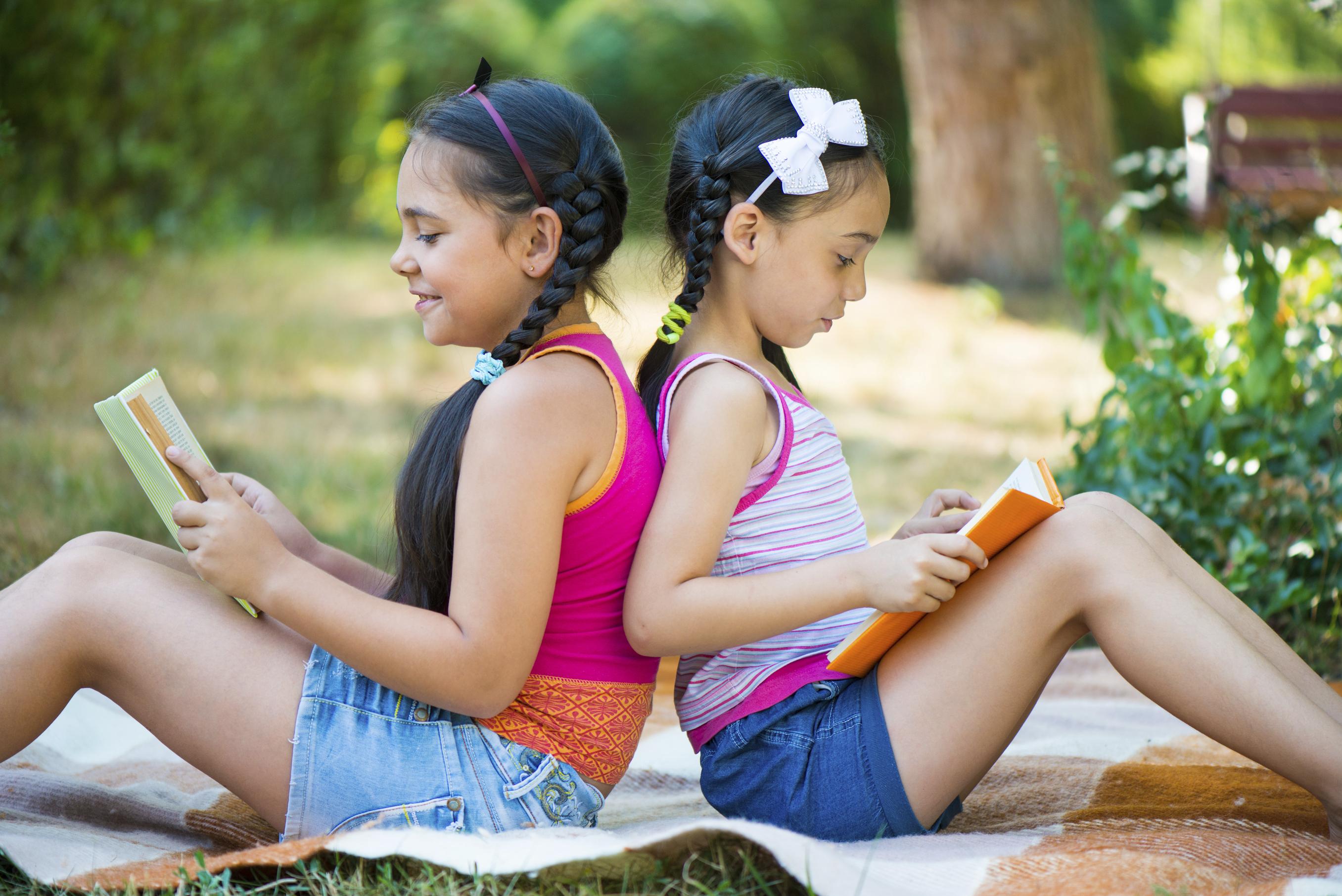 Bambine leggono un libro