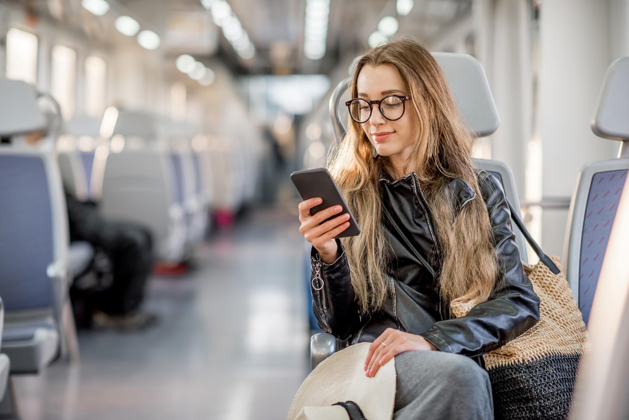 Una giovane donna allo smartphone in autobus