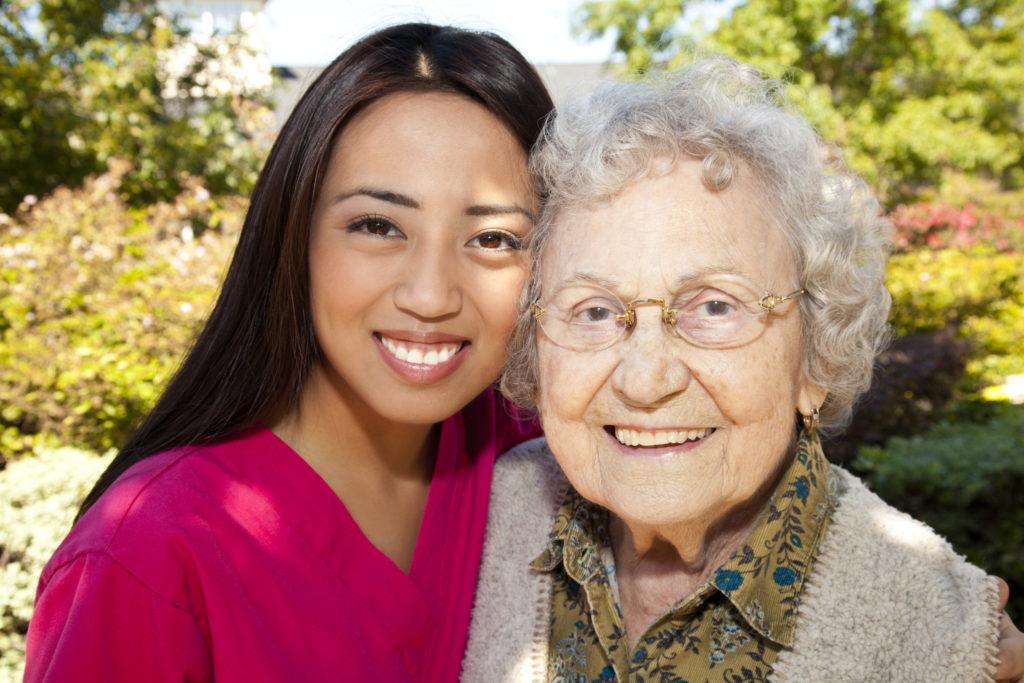 Pronto badante: Donna anziana e giovane badante