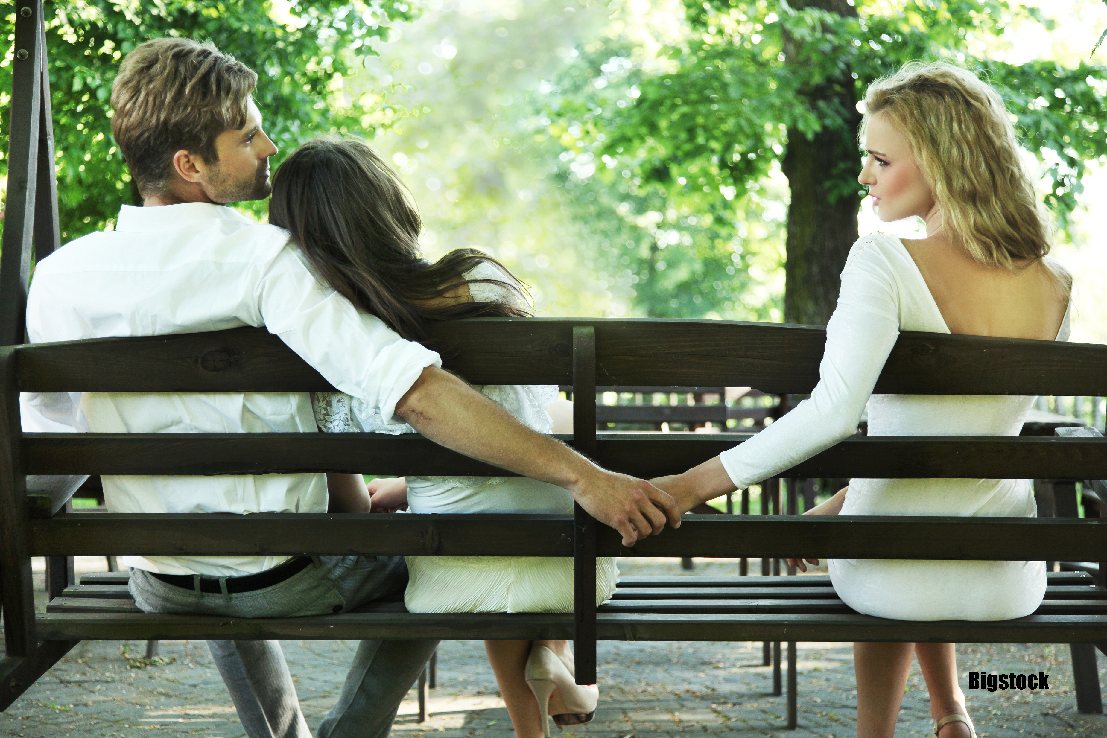Infedeltà, al parco con compagna e amante