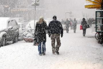 Passanti sotto la neve