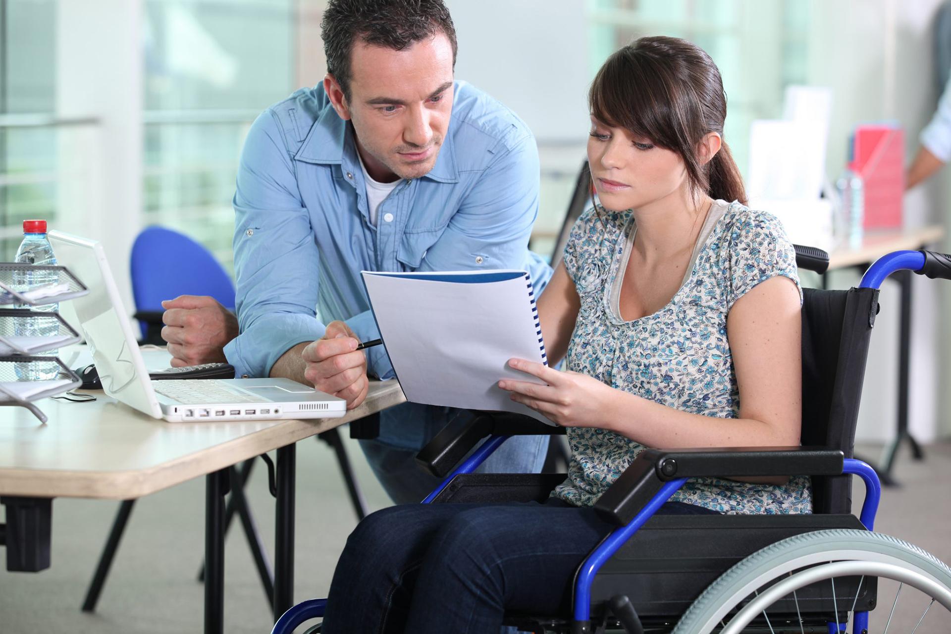 Una giovane coppia con le sulla sedia a rotelle