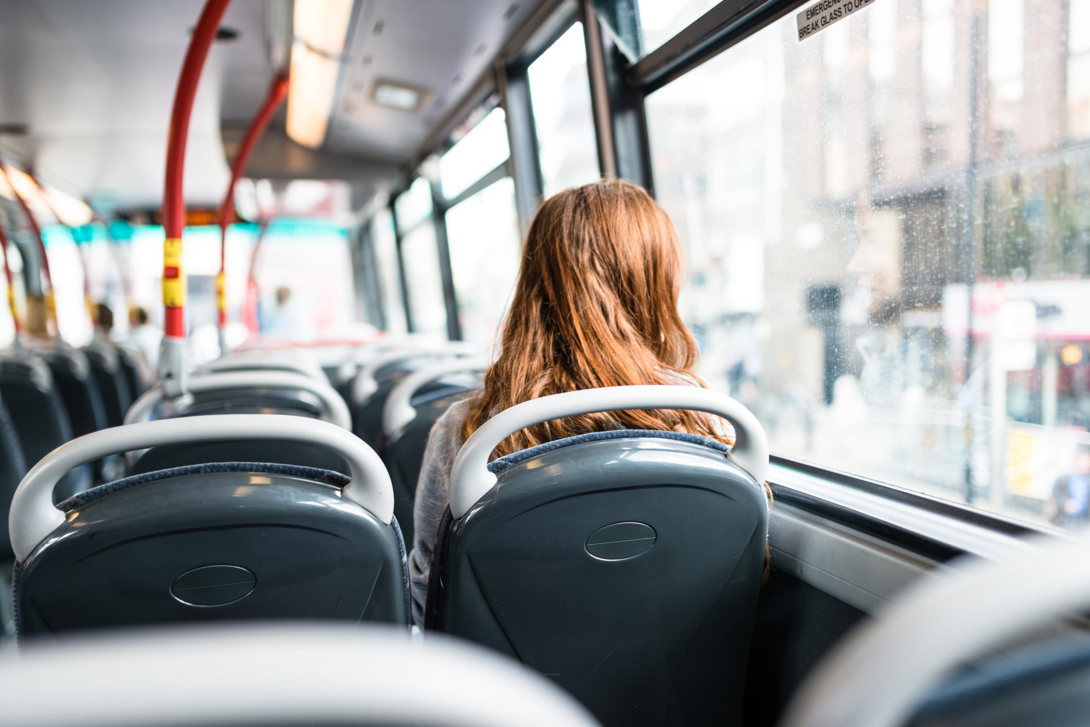 Passeggera su un autobus