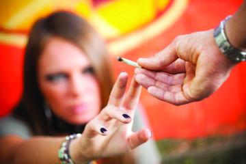 Passaggio di una sigaretta di marijuana