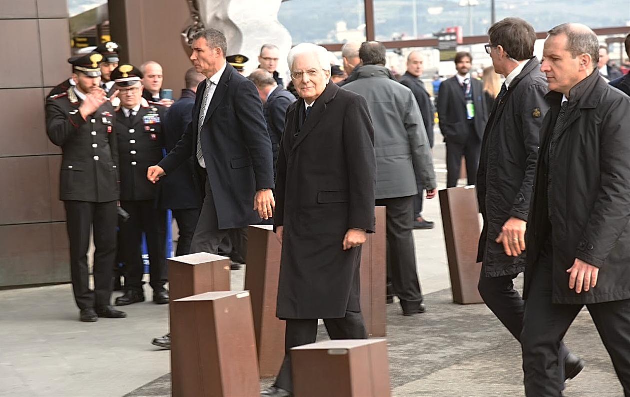 Il presidente della Repubblica Sergio Mattarella all'aeroporto Amerigo Vespucci