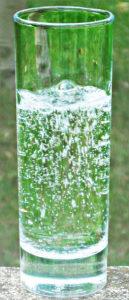 Acqua frizzante ottenuta dall'aggiunta di anidride carbonica