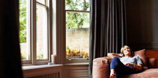 Donna si rilassa nel suo appartamento in un condhotel