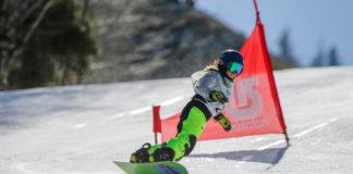 Una ragazzina sullo snowboard sulle nevi di sestola