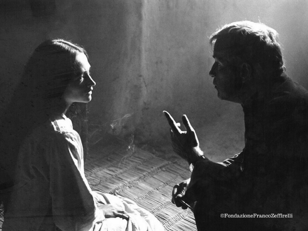 Oliva Hussey diretta da Franco Zeffirelli sul set del gesù di Nazareth. Foto di Paul Ronald Diritti Fondazione Zeffirelli