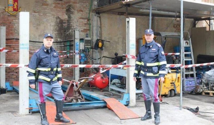 Polizia stradale nell'officina abusiva a Prato