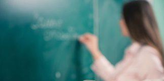 Scuola insegnante alla lavagna