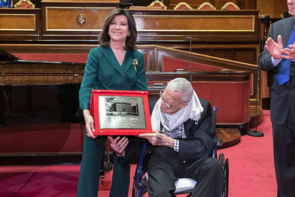 Elisabetta Casellati consegna la targa a Franco Zeffirelli