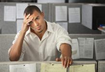Un impiegato oberato e stressato
