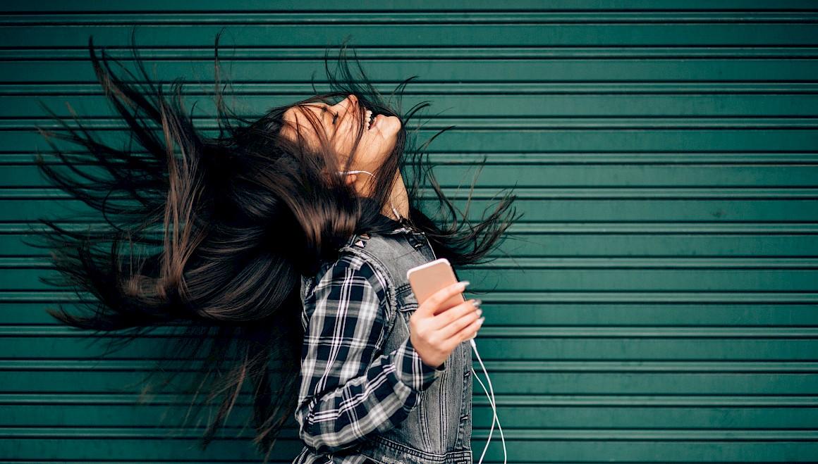 Una ragazza ascolta la musica