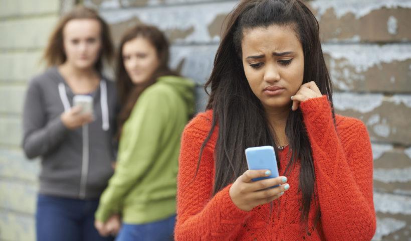Una ragazza bullizzata da messaggi sul telefono