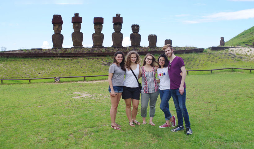 In posa davanti ai Moai