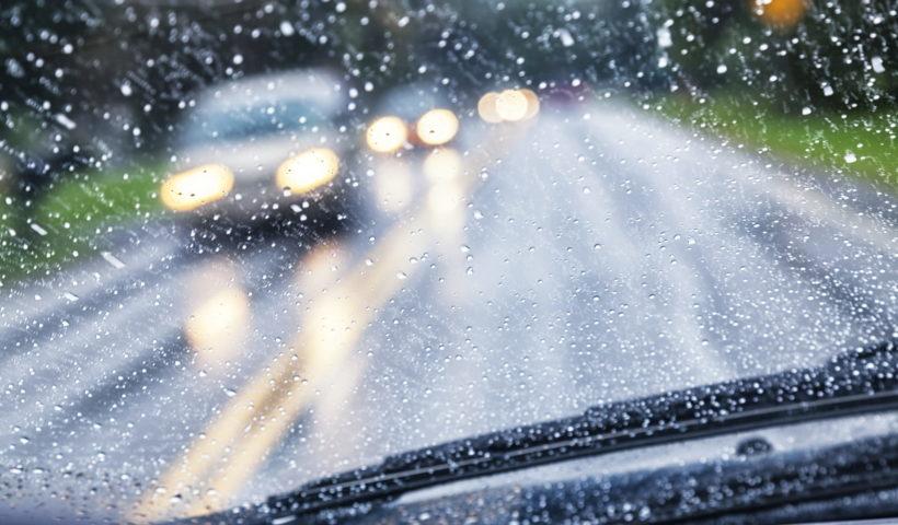 Pioggia vista dal parabrezza