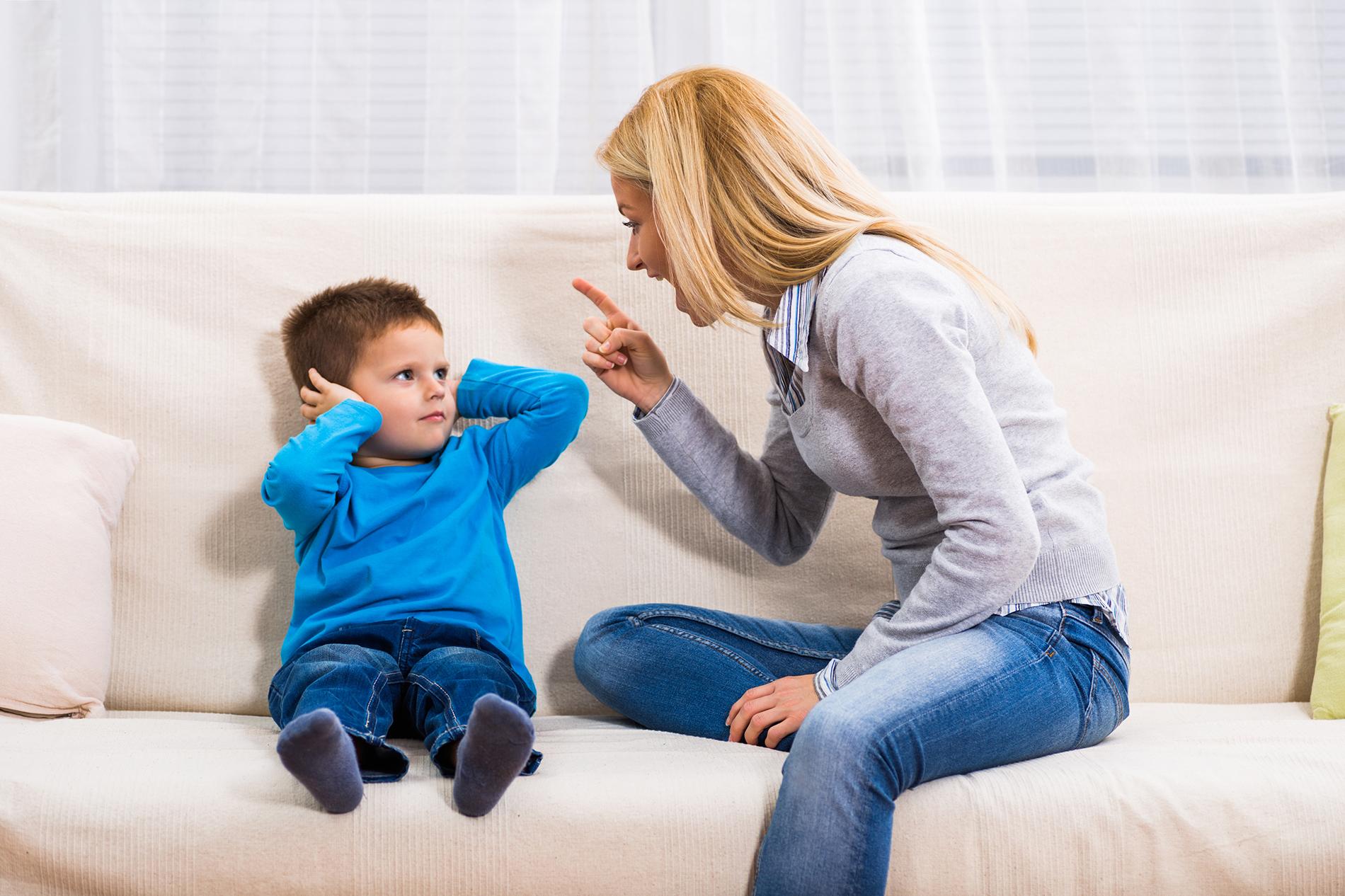 Mamma arrabbiata con un figlio