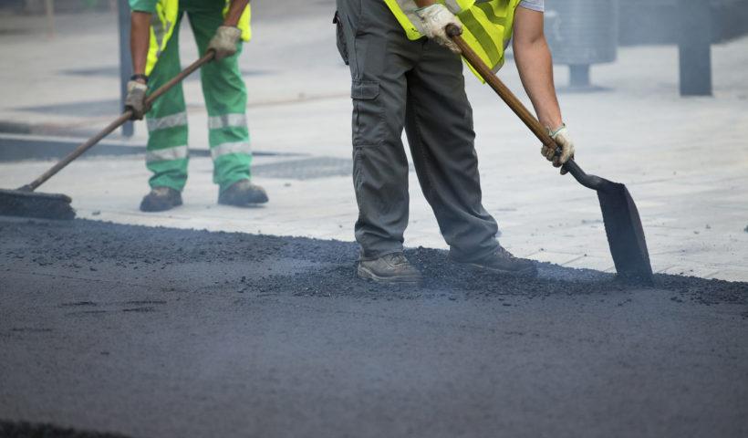 Operai al lavoro per la manutnzione stradale