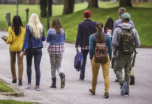 giovani volontari camminano insieme